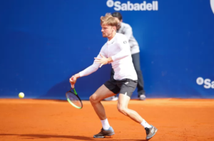 David Goffin fights back in the match against Norrie, but has to give up after an injury